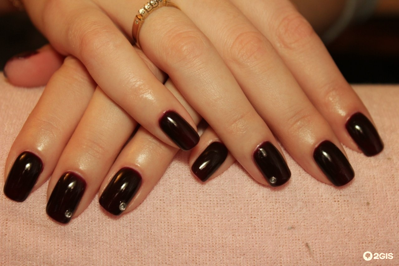 Нарощенные ногти с темными цветами фото
