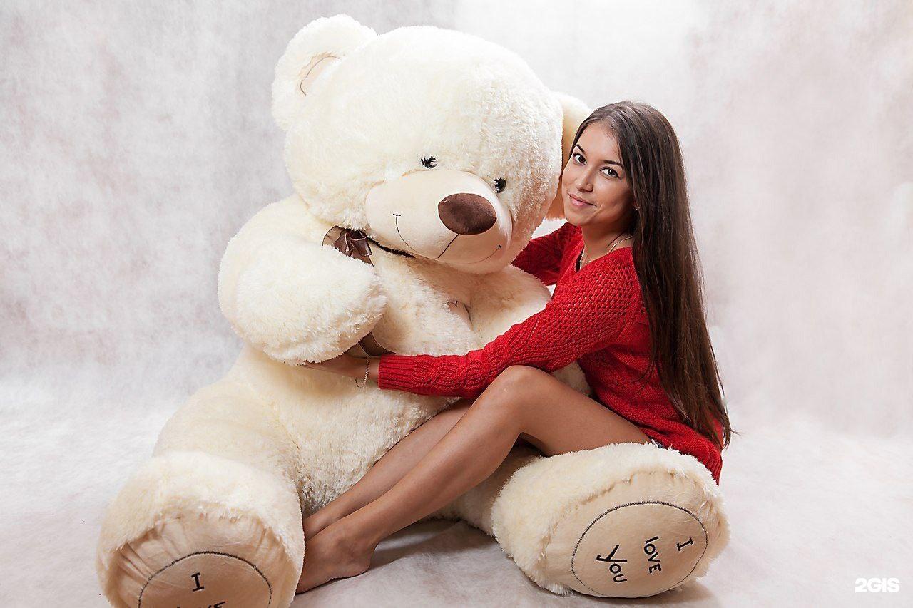 фото девушек с мягкой игрушкой на диване что