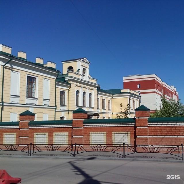 Очень красивый)))и знаменитый!!!красное здание ,которое находится рядом с городским парком и железнодорожной