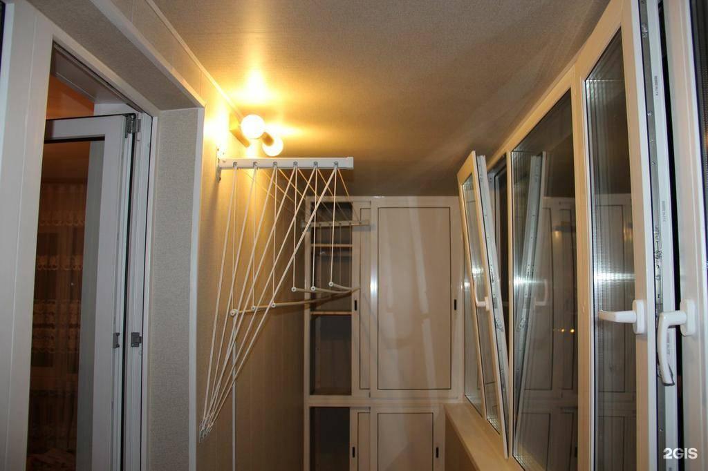 Балкон с сушилкой и шкафчиком.